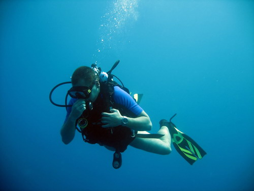 Barotrauma_oído_interno_ Buceador realizando maniobras de compensación durante una inmersión.