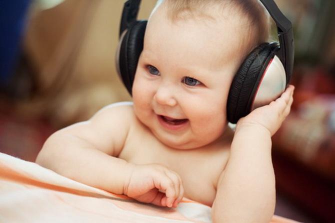 Bebé al que se le va a realizar un estudio auditivo mediante otoemisiones acústicas