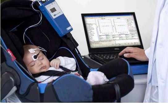 Niño pequeño al que se le están realizando unos Potenciales Evocados Auditivos de estado estable (PEAee)