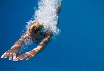 Buceador en apnea realizando un descenso