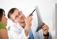 Médico especialista en Medicina Subacuática e Hiperbárica expidiendo certificado de aptitud para el buceo