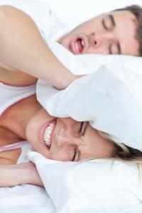 Adulto con roncopatía crónica que impide dormir a su pareja.
